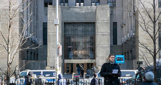 Porota uznala producenta Harveyho Weinsteina vinným ze sexuálního napadení a ze znásilnění.