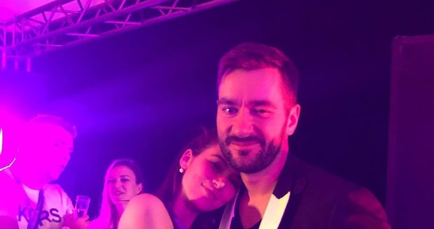 Andrea Bezděková se tulí k zasnoubenému Markovi Ztracenému.