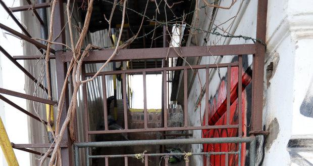 Budova bývalého nádraží Vyšehrad je v dezolátním stavu. Hlavní město ji hodlá odkoupit a uchránit ji tak od úplného zničení.