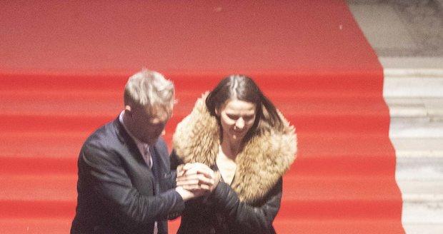 Viktor jí galantně pomáhal ze schodů Lucerny.
