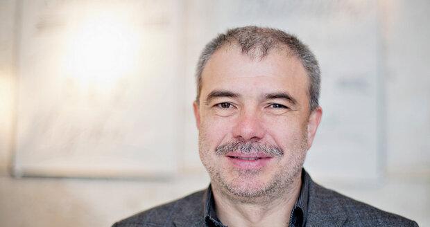 Pavel Kohout je od roku 2018 přednostou Interní kliniky 3. Lékařské fakulty Univerzity Karlovy v Thomayerově nemocnici. Jeho specializací je gastroenterologie, přičemž se dlouhá léta zabývá aplikací transplantace stolice pro léčebné účely.