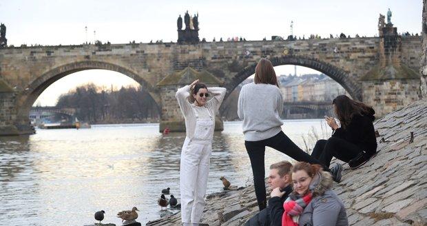 V Praze bude během pracovního týdne teplo. Ochladí se až o víkendu.