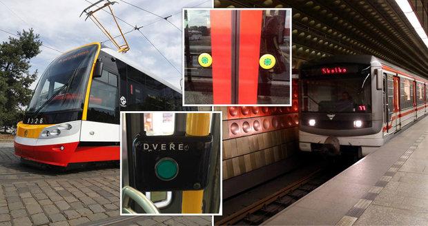 Řidiči metra a tramvají budou dočasně otevírat všechny dveře ve všech zastávkách. Toto opatření přijali, aby se lidí nedotýkali tlačítek, kvůli možnému šíření koronaviru v Praze.