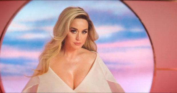 Katy Perry ve svém novém videu oznámila těhotenství