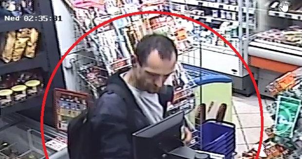 Z auta ukradl platební kartu a vesele s ní zaplatil částku 15 tisíc korun. Neviděli jste ho?