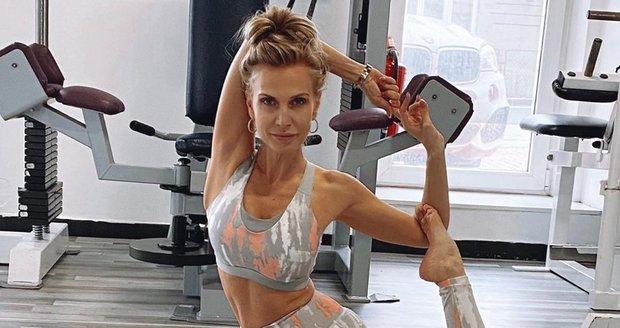 Michaela Ochotská cvičí jógu. Fanoušci ji brání před výpady Lukáše Rosola.