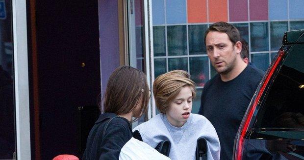 Agelina Jolie s Shiloh, která je o berlích
