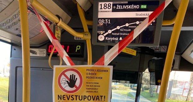 V autobusech pražské MHD je od 13. března 2020 zrušen prodej jízdenek u řidiče a zakázáno nastupování předními dveřmi.