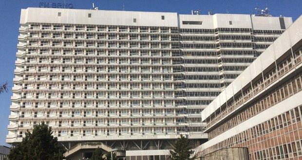 Fakultní nemocnice Brno uzavřela jedno lůžkové oddělení, na kterém ležel pacient nakažený koronavirem. Od něj se totiž nakazilo několik zdravotníků.