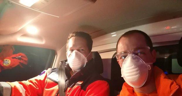 Záchranáři Středočeského kraje neměli kvůli koronavirové krizi dost ochranných pomůcek!