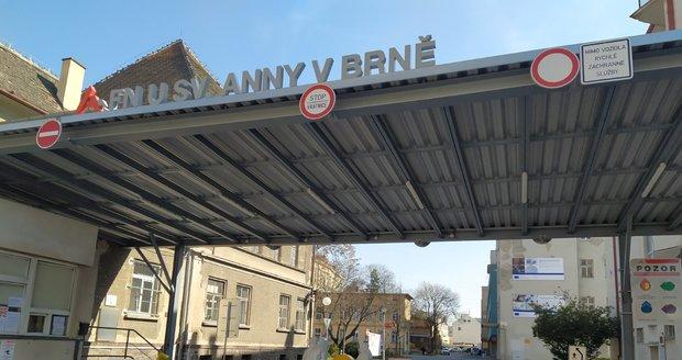 Fakultní nemocnice u sv. Anny v Brně otvírá od pondělka odběrové místo na test koronaviru. Takto vypadal odběr v březnu.