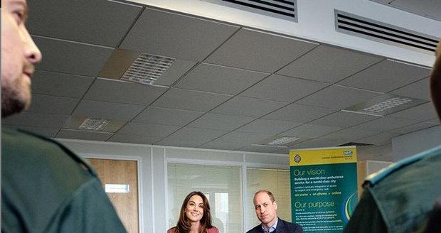 Princ William a vévodkyně Kate navštívili pracovníky tísňové linky.
