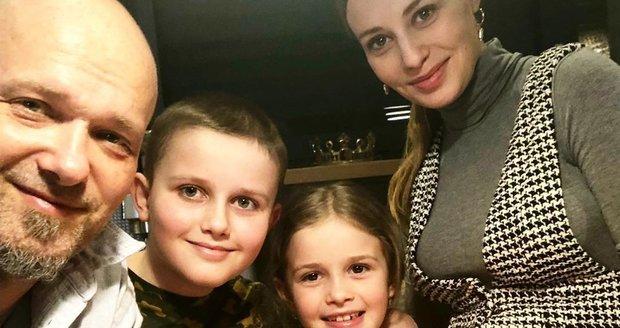 Těhotná Mária Čírová s rodinou