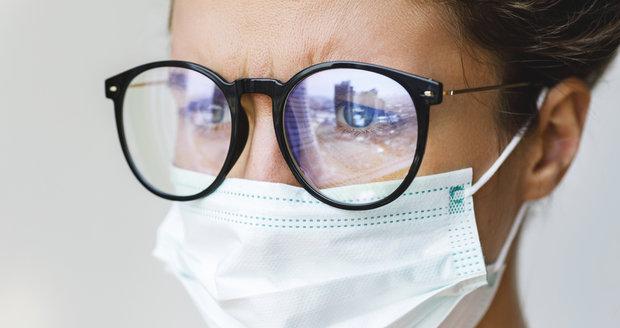 Nosíte roušku a mlží se vám brýle? Tyhle triky vám pomohou!