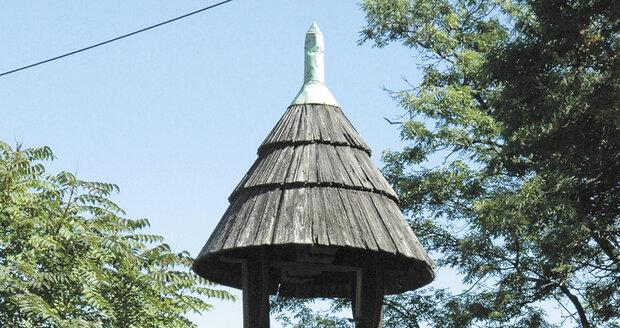 Dlouhá léta stávala hrdlořezská zvonička bez toho, co z ní dělalo to, čím má být. Až koncem roku 2019 ji radnice Prahy 9 nechala opětovně vybavit zvonem, který původně někdo ukradl.