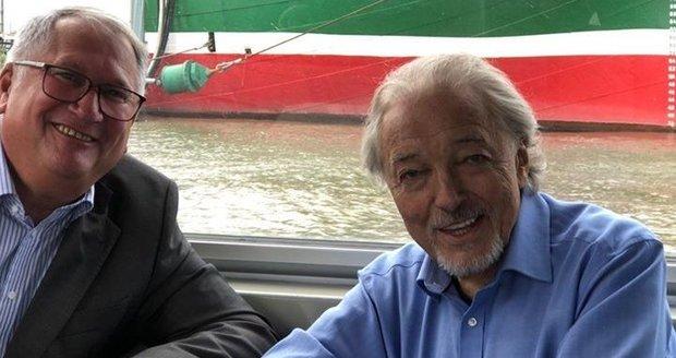 Karel Gott  se svým německým manažerem Wolfgangem Kaminskim v Hamburku