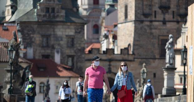Koronavirus a Velikonoce: Lidé v Praze vyrazili za pěkného počasí do ulic (11. 4. 2020)