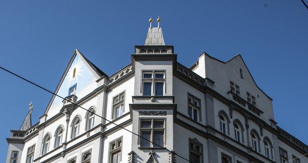 Hostel Czech Inn je v srdci Vršovic přímo na křížení Krymské, Voroněžské a Francouzské. Od začátku dubna pomáhá hostel potřebným seniorům a ohroženým lidem bez přístřeší