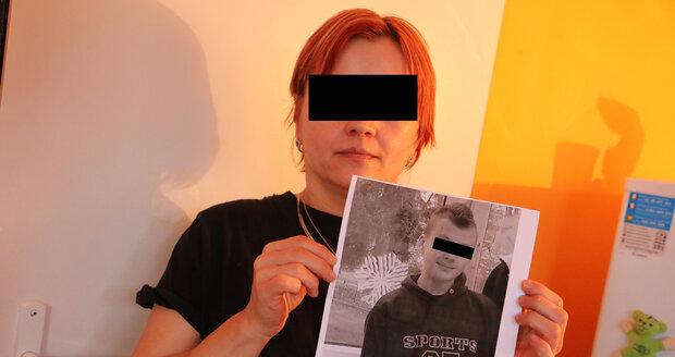 Marie (45) vyvěsila před pěti lety plakáty se synovou fotografií, oslovila i šamanku. Policie nyní zatkala možné vrahy mladíka (†22).