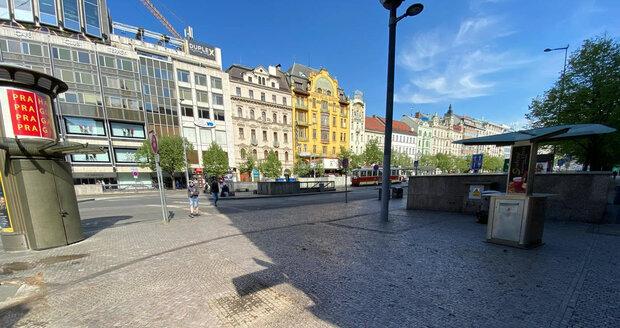 Z Václavského náměstí kvůli rekonstrukci odvezli stánky s rychlým občerstvením.