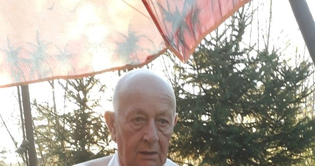 Dabér Jiří Prager má natřikrát zlomenou ruku.