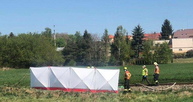 Při srážce auta s vlakem u Nýřan na Plzeňsku zemřela mladá žena a dvě děti.