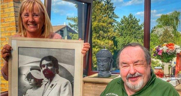 Petr Novotný s manželkou Mirkou oslavili rubínovou svatbu (40 let) a zapózovali s fotkou z veselky.