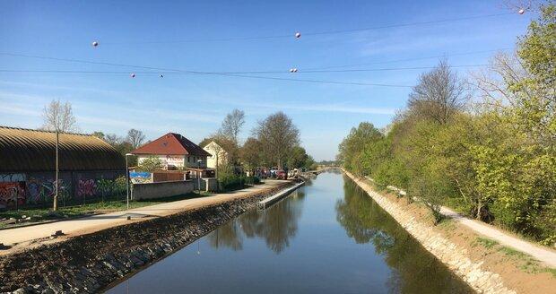 Baťův kanál ve Veselí nad Moravou prošel před sezonou prohloubením koryta a dostal nové kamenné břehy.