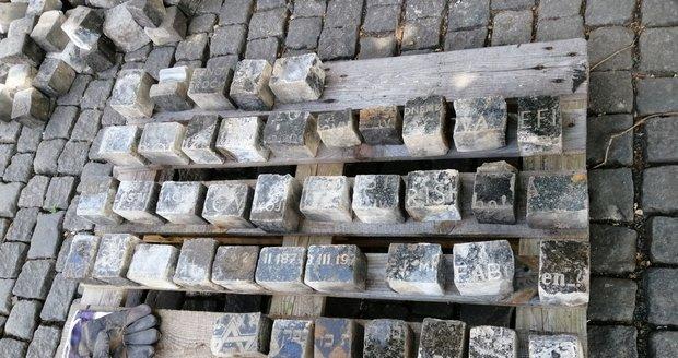 Stovky dlažebních kostek v původní dlažbě na Václavském náměstí jsou z rozřezaných židovských náhrobků.