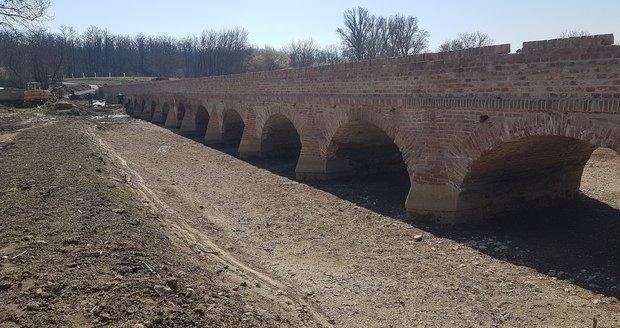 Most ze 17. století stojí mezi obcemi Sedlec a rakouským Drasenhofenem, má 15 mostních oblouků.