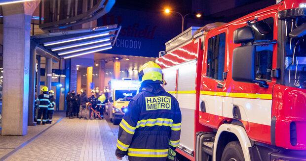 Ve stanici metra Chodov došlo k pádu osoby do kolejiště.