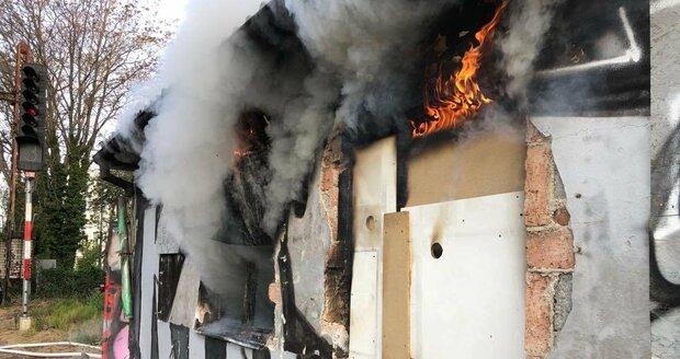 9. května 2020 hořel u budovy nádraží Vyšehrad drážní domek.