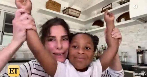 Sandra Bullocková přestala skrývat adoptovanou dceru: Společně dojaly americkou zdravotní sestru.