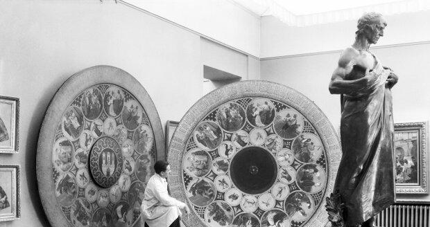 V průběhu let se Staroměstský orloj několikrát opravoval a restauroval. Fotografie zachycuje porovnání kopie (napravo), která měla být do nejmenších detailů zrestaurovaná jako Mánesův originál (nalevo).