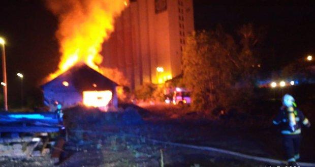 14. května v časných ranních hodinách zasahovali profesionální i dobrovolní hasiči v Řeporyjích kvůli požáru drážní budovy.
