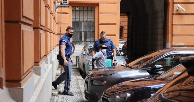 Policejní eskorta přivádí ke Krajskému soudu v Brně Antonína Š. (29), který je podezřelý z dvojnásobné vryždy v Břeclavi v srpnu 2019.