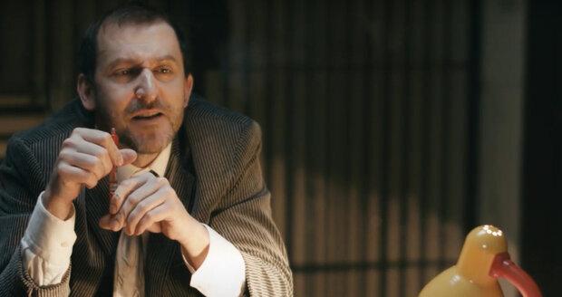 Martin Hofmann ve videoklipu Úředník jako kravaťák.