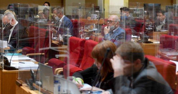 Pražští zastupitelé seděli 21. května na svých místech oddělení plexiskly a s rouškami na ochranu proti koronaviru.