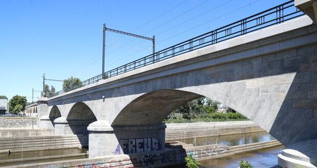"""Pilíř opraveného Negrelliho viaduktu už stihl samozvaný umělec """"vyzdobit"""" grafitti."""