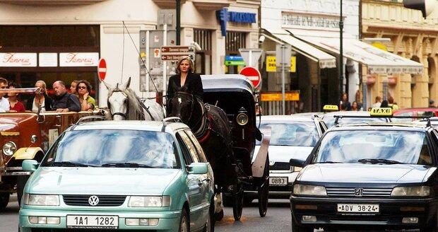 Podle radního Prahy 1 Richarda Bureše představují koňské povozy i určitou komplikaci v dopravě.