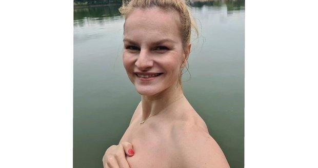 Iva Pazderková odhodila plavky a ponořila se do ledové vody.