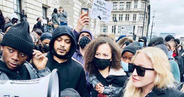 Madonna přišla na protest o berlích