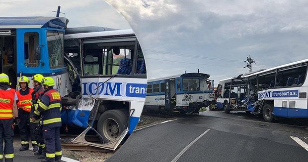 Děsivá srážka autobusu s vlakem u Struhařova: Jeli jsme a najednou přišel náraz, popsal cestující