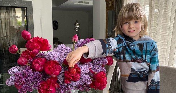 Pljuščenkova manželka Jana si potrpí na luxus i u snídaně: nikdy nechybí čerstvé květiny, které ladí k porcelánovému servisu i jídlu samotnému.