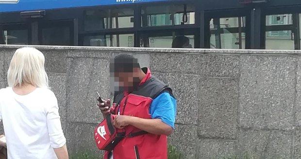 Muž se v Praze vydával za policistu.