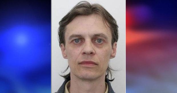 Pražská policie pátrá po Petrovi, který může být ohrožen na zdraví a životě. Trpí schizofrenií.