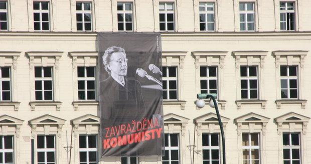 Plakát s podobiznou Milady Horákové s nápisem Zavražděna komunisty na Právnické fakultě UK