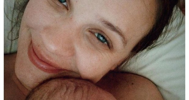 Kristýna Leichtová s novorozenou Rozárkou