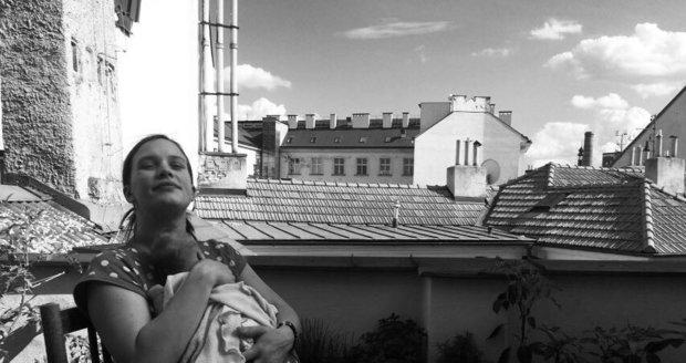 Kristýna Leichtová a malá Rozárka jsou už doma a užívají si společné rodinné momenty.