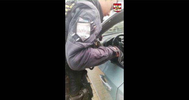 Policista Petr Kratochvíl rozbil teleskopickým obuškem okénko u řidiče. Plačící chlapeček se dočkal vysvobození ze žhavé pasti.